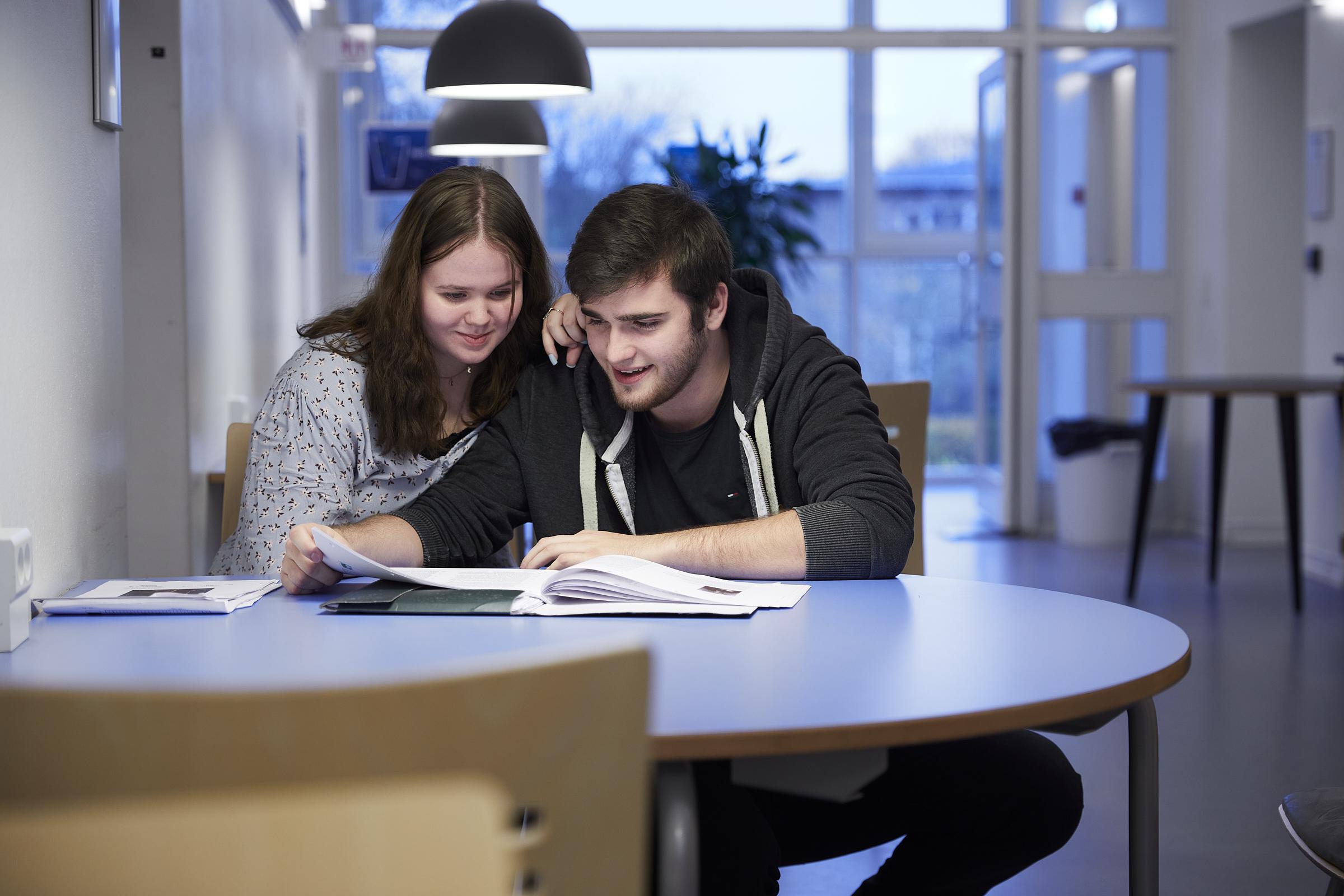 To studerende arbejder ved et bord